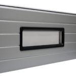 Stačiakampis juodo pasltiko rėmo langas, dvigubas akrilo stiklinimas. Matmenys: 610x200 mm.
