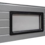 Stačiakampis juodo plastiko rėmo langas, dvigubas akrilo stiklinimas. Matmenys: 640x336 mm.