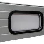 Ovalus juodo plastiko rėmo langas, dvigubas akrilo stiklinimas. Matmenys: 670x345 mm.